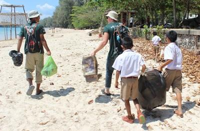 Volunteers on the Conservation project work with local school children in Thailand