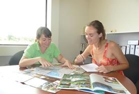 Volunteers work together at their Journalism Project placement in Costa Rica