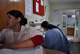 Nursing volunteers work at a placement in Peru